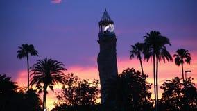 Insel des Abenteuerleuchtturmes auf buntem Sonnenunterganghintergrund an Universal Studios-Bereich stock footage