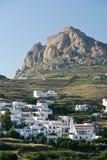 Insel-Dorf unter der Klippe Lizenzfreie Stockfotografie