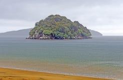 Insel in einem Regensturm auf dem Ozean stockfoto