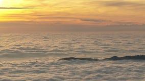 Insel in einem Wolkenmeer stock footage