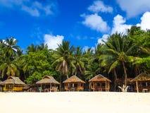 Insel-Hütten, die tropischen Strand zeichnen stockfoto