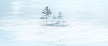 Insel im Nebel Stockfotos