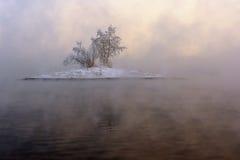 Insel im Nebel lizenzfreie stockfotos
