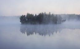 Insel im Nebel Stockbilder