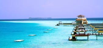 Insel im Ozean, overwater Landhaus. Maledivisch Stockfotografie