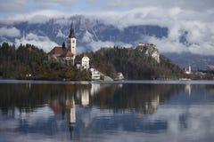 Insel im See geblutet Stockfotografie