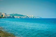 Insel-Küstenlinie mit blauem Meer und Himmel Stockfotos