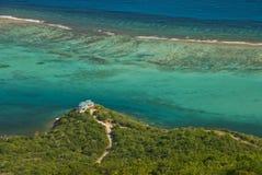 Insel in Karibischen Meeren von oben lizenzfreies stockbild