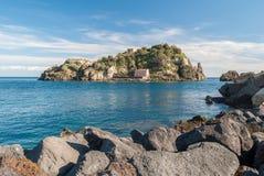 Insel Lachea in Acitrezza, touristische Stadt in Sizilien Stockfotos