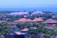 Insel-Landhäuser nahe durch Ozean Stockbild