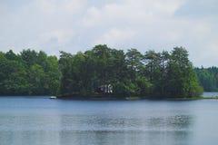 Insel mit Häuschen Stockfoto