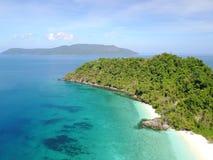 Insel mit haarscharfem Ozean Stockfotografie