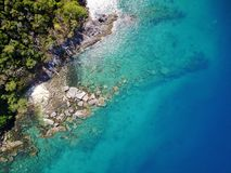 Insel mit haarscharfem Wasser, das Felsen darunterliegend sehen kann Stockfotografie