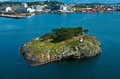 Insel mit Leuchtturm stockfotos