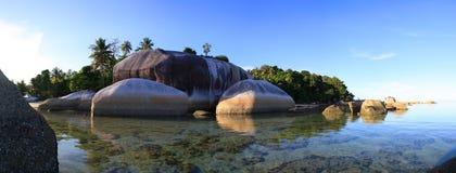 Insel mit riesigem Felsen Lizenzfreie Stockbilder