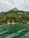 Insel mitten in dem Meer in Brasilien stockbilder