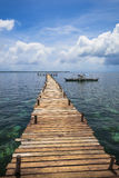 Insel-Pier u. Fischerboot lizenzfreie stockbilder