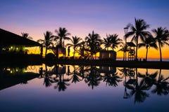 Insel-Reflexion durch das Pool stockbild