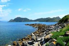 Insel Sans Martiño in der Perspektive (Islas Cies, Spanien) Stockfoto