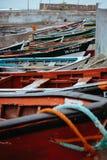 INSEL SANTO ANTAO, KAP-VERDE - 23. Dezember 2017: Farbige lokale Fischerboote entlang dem alten Fischen stützen unter Ponta tun Stockfotos