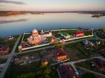 Insel-Stadt Sviyazhsk bei dem Sonnenuntergang Schattenbild des kauernden Geschäftsmannes Lizenzfreie Stockfotos