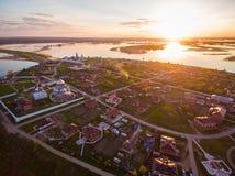 Insel-Stadt Sviyazhsk bei dem Sonnenuntergang Schattenbild des kauernden Geschäftsmannes Lizenzfreie Stockfotografie