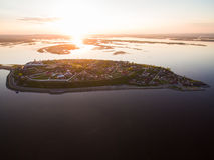 Insel-Stadt Sviyazhsk bei dem Sonnenuntergang Schattenbild des kauernden Geschäftsmannes Lizenzfreies Stockfoto
