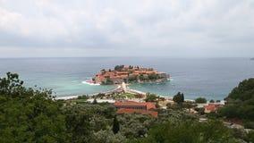 Insel Sveti Stefan in adriatischem Meer Montenegro Verschiebenansicht des Seehorizontes Küstenlinie und schöne Landschaft des Bra stock video
