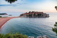 Insel Sveti Stefan bei adriatisches Seesonnenuntergang, Montenegro Lizenzfreie Stockbilder