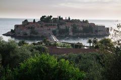 Insel Sveti Stefan bei adriatisches Seesonnenuntergang, Montenegro Lizenzfreies Stockfoto