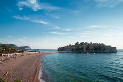 Insel Sveti Stefan bei adriatisches Seesonnenuntergang, Montenegro Lizenzfreie Stockfotografie