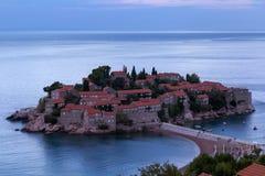 Insel Sveti Stefan bei Sonnenaufgang Adriatisches Meer, Montenegro Lizenzfreie Stockfotos