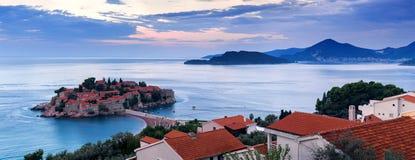 Insel Sveti Stefan bei Sonnenaufgang Adriatisches Meer, Montenegro Stockbilder