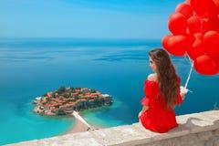 Insel Sveti Stefan, Budva, Montenegro Romantischer Mädchentourist herein Lizenzfreies Stockfoto