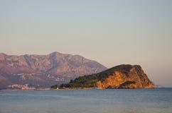 Insel und Berge Sveti Nikola bei Sonnenuntergang Stockbilder
