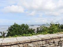 Insel und Bucht Tombelaine vom mont Heiligmichel Lizenzfreies Stockfoto