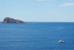 Insel und Fischerboot Lizenzfreies Stockfoto