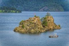 Insel und Sportboot auf Pactola Resevoir Stockfotografie
