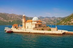 Insel unserer Dame des Felsen Gospa Ods Skrpjela Schacht von Kotor, Montenegro Stockfotografie