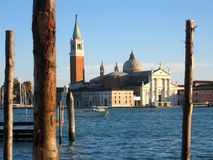 Insel Venedigs Giudecca mit Meer und Kirche Lizenzfreie Stockfotos