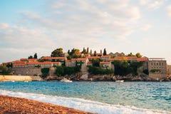 Insel von Abschluss Sveti Stefan oben bei Sonnenuntergang Montenegro, das Adria Lizenzfreie Stockfotografie