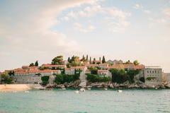 Insel von Abschluss Sveti Stefan oben bei Sonnenuntergang Montenegro, das Adria Lizenzfreies Stockfoto