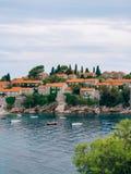 Insel von Abschluss Sveti Stefan oben bei Sonnenuntergang Montenegro, das Adria Lizenzfreie Stockfotos