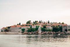 Insel von Abschluss Sveti Stefan oben bei Sonnenuntergang Montenegro, das Adria Stockfotos