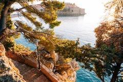 Insel von Abschluss Sveti Stefan oben bei Sonnenuntergang Montenegro, das Adria Stockbilder