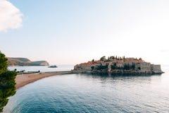 Insel von Abschluss Sveti Stefan oben bei Sonnenuntergang Montenegro, das Adria Lizenzfreies Stockbild