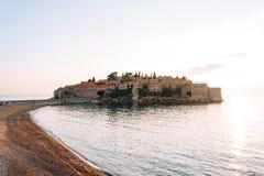 Insel von Abschluss Sveti Stefan oben bei Sonnenuntergang Montenegro, das Adria Lizenzfreie Stockbilder