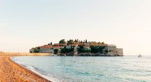 Insel von Abschluss Sveti Stefan oben bei Sonnenuntergang Montenegro, das Adria Stockfotografie