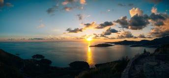 Insel von Abschluss Sveti Stefan oben bei Sonnenuntergang Montenegro, das Adria Stockfoto