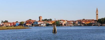 Insel von Burano mit bunten Häusern und dem lehnenden Glockenturm Lizenzfreie Stockbilder